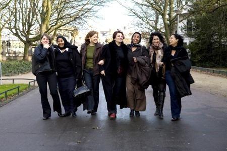 En fri kvinnas bekännelser: Jennifer Fox och några av alla kvinnor hon möter på sina resor. Fr vä: Amy, Kaltouma, Caroline, Pat, Amina. Jennifer och Theresa. Foto: A. Teuissen