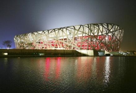 Under fyra år har bygget pågått för att färdigställa Pekings nya Olympiastadion, som liknar ett fågelbo. Foto: Greg Baker/AP Photo/Scanpix